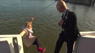 VIDEO: una periodista holandesa cayó al agua en plena entrevista