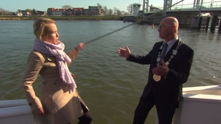 Bochornoso: Periodista holandesa cayó al agua en plena entrevista