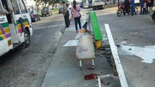 San Miguel: bus se estrella contra paradero y deja heridas a varias personas