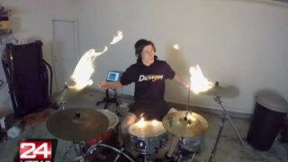 EEUU: baterista causa sensación en redes sociales al tocar 'en llamas'