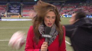 VIDEO: reportera aguanta pelotazo a pie firme durante transmisión en vivo