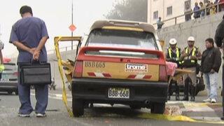 Taxi impactó poste en la Vía Expresa provocando muerte de pasajero