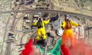 VIDEO: dos hombres se lanzaron en caída libre desde el edificio más alto del mundo