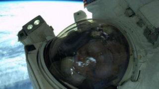 Astronauta se toma el primer 'selfie' hecho en el espacio