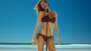 La sexy modelo Gisele Bündchen canta en bikini por la Unicef