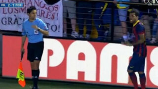 VIDEO: hincha tira un plátano a Dani Alves y éste se lo come
