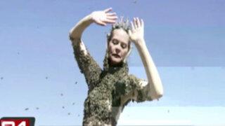 Artista Sara Mapelli cubre su torso desnudo con más de 12 mil abejas