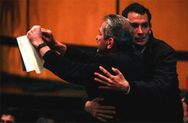 Un lector rompió uno de los libros de Vargas Llosa cuando éste ofrecía charla