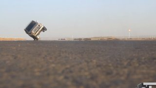 VIDEO: la peligrosa moda de manejar autos en dos ruedas invade Arabia Saudita