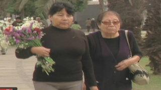 Limeños abarrotaron los cementerios en víspera al Día de la Madre