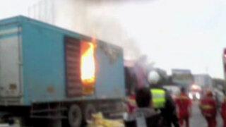 La Victoria: camión cargado de papel higiénico arde en llamas