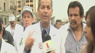 Decenas de indignados pacientes se enfrentaron a los médicos en huelga
