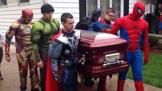 Superhéroes dieron el último adiós a niño estadounidense fanático de los comics