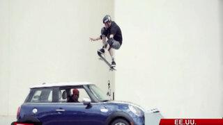 VIDEO famoso skater de 46 años saltó sobre automóvil en movimiento