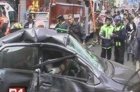 Chofer quedó atrapado en su vehículo tras choque con bus en Av. Arenales