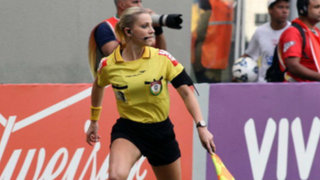 Se enciende la polémica en Brasil tras suspensión a bella árbitro de fútbol