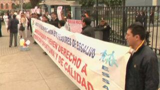 Administrativos de Essalud iniciaron huelga indefinida por aumento de salarios