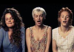Trío de mujeres intenta cantar mientras tienen un orgasmo con un vibrador