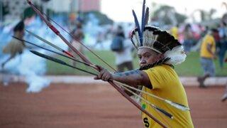 Brasil: indígenas se enfrentaron con arcos y flechas a los policías