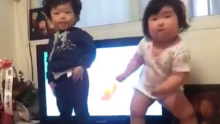 VIDEO: Niños de 2 años causan furor con alucinante baile de música electrónica