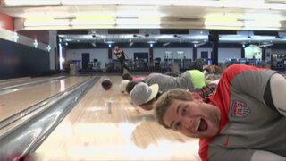 Estados Unidos: campeón mundial en bowling grabó sus increíbles trucos