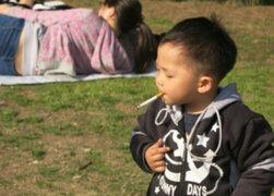 De terror: niños son incitados a fumar cigarrillos por sus propios padres