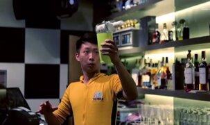 Barman causa sensación por hacer maniobras al estilo Bruce Lee