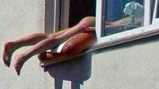 Joven toma sol desnuda en ventana de su edificio y causa múltiple accidente