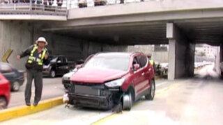Auto invade carril del Metropolitano y choca contra columna de la Vía Expresa