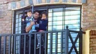 Brasil 2014: Luis Suárez saludó a hinchas que llegaron hasta su casa