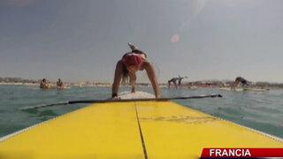 Mujeres surfistas sorprenden con clase de yoga sobre el mar de Francia