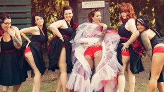 Nueva moda en bodas: Damas de honor se toman fotos mostrando el trasero