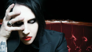 Rocían con agua bendita a cantante Marilyn Manson en Moscú