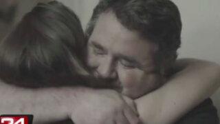 Hombre conmueve en Internet con emotiva demostración de amor a su hija sorda