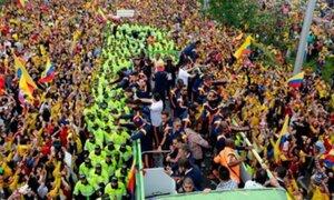 Selección colombiana recibe multitudinaria recepción de sus hinchas en Bogotá