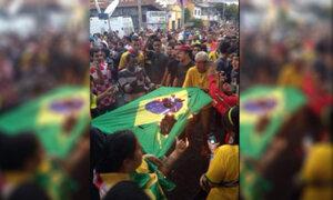 Mundial 2014: hinchas cariocas queman bandera nacional de Brasil