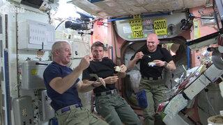 Astronauta Alexander Gerst compartió imágenes de cómo almuerza en el espacio
