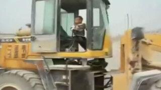 VIDEO: sólo en China un niño de 5 años puede manejar una excavadora