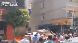 VIDEO: mujer embarazada saltó desde edificio en llamas en Turquía