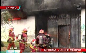 Incendio de grandes proporciones consumió depósito en San Martín de Porres
