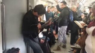 Chile: cantante callejero causa furor en el Metro de Santiago
