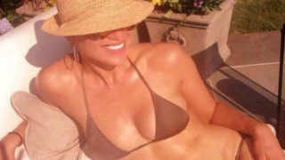 Jennifer López deleita a sus fans en Twitter con un diminuto bikini