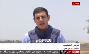 Agreden a un periodista en pleno enlace en vivo mientras informa sobre Gaza