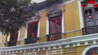 Centro de Lima: voraz incendio consume casona de dos pisos