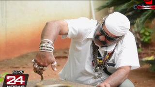 Hombre causa furor en la India tras poner un negocio de rescate de víboras
