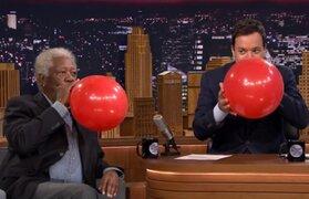 Lo hizo otra vez: Morgan Freeman cambió su voz tras inhalar helio
