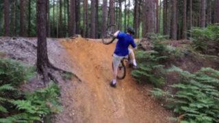 VIDEO: joven ciclista sufre aparatosa caída al intentar subir una pendiente