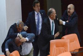 Turquía: parlamentarios protagonizaron violento enfrentamiento en pleno debate