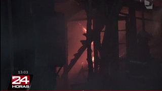 Incendio de grandes proporciones consumió fábrica de papel higiénico en SJL