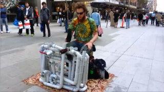 'Pipe Guy', el hombre que impresiona al mundo haciendo música con tubos